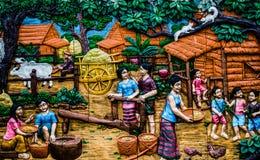 Thailändsk stuckatur för infödd kultur på tempelväggen Arkivfoton