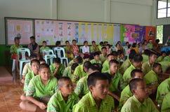 Thailändsk student i klassrum arkivfoto