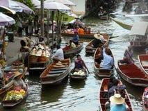 Thailändsk sväva marknad Damnoen Saduak som säljer deras varor Fotografering för Bildbyråer