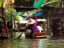 Thailändsk sväva marknad Damnoen Saduak som säljer deras varor Arkivfoto