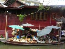 Thailändsk sväva marknad Damnoen Saduak som säljer deras varor Royaltyfria Bilder