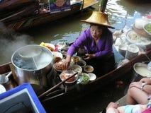 Thailändsk sväva marknad Damnoen Saduak som säljer deras varor Arkivbild