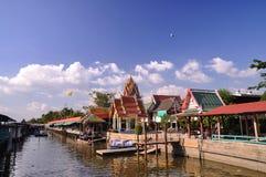 Thailändsk tempel bredvid kanalen Royaltyfri Foto