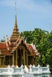 Thailändsk tempel i trädgård Arkivfoto