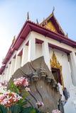 Thailändsk tempel med skulptur Royaltyfria Bilder