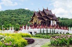 Thailändsk tempel och härlig natur Arkivbild