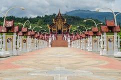 Thailändsk tempel och härlig natur Arkivbilder