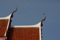 Thailändsk tempel och röd tegelplatta Fotografering för Bildbyråer