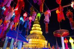 Thailändsk tempel och thailändsk lampa Arkivfoto