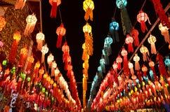 Thailändsk tempel och thailändsk lampa Royaltyfria Bilder