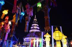 Thailändsk tempel och thailändsk lampa Fotografering för Bildbyråer