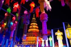 Thailändsk tempel och thailändsk lampa Royaltyfri Foto
