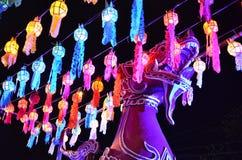 Thailändsk tempel och thailändsk lampa Royaltyfri Fotografi