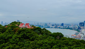 Thailändsk tempel på överkanten av den Pratumnak kullen Pattaya royaltyfri foto