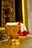 Thailändsk tempel som erbjuder med blommor Julian Bound Arkivbilder