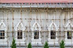 Thailändsk tempel under konstruktion arkivbilder