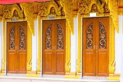 Thailändsk tempeldörrskulptur Fotografering för Bildbyråer