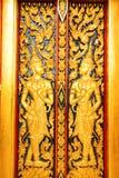 Thailändsk tempeldörrskulptur Arkivbilder