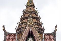 Thailändsk tempelkonst och arkitektur Även om det finns många skillnader i orientering och stil, alla klibbar de till de samma pr arkivfoto