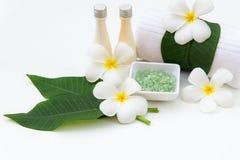 Thailändsk terapi för arom för brunnsortsammansättningsbehandlingar med Plumeria blommar på vitt trä arkivbilder