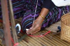 Thailändsk traditionell dam som väver handarbetearbete, kvinnaaktivitetsbild, upcountry livsstil på byöst av Thailand arkivfoton