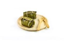 Thailändsk traditionell efterrätt för klibbiga ris, i att förpacka för bananblad Royaltyfria Bilder