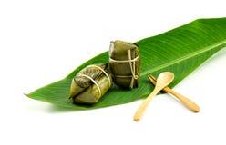 Thailändsk traditionell efterrätt för klibbiga ris, i att förpacka för bananblad Arkivfoton