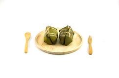 Thailändsk traditionell efterrätt för klibbiga ris, i att förpacka för bananblad Arkivfoto