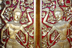 Thailändsk traditionell trädörr royaltyfria bilder