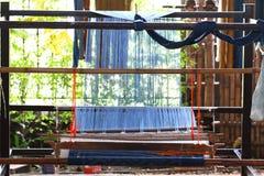 Thailändsk traditionell utrustning för att väva handarbete, lokal hjälpmedelbild, upcountry livsstil på byöst av Thailand, gjort  arkivfoto