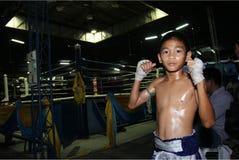Thailändsk ung boxareställning framme av boxningsringen Arkivfoto