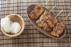 Thailändsk-utformade grillade griskött och klibbiga ris arkivfoto
