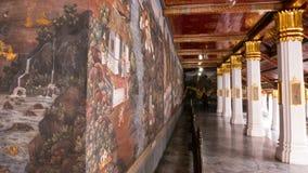 Thailändsk väggkonstarkitektur i den Emerald Buddha templet (Wat phrakaew) och kunglig storslagen slott Fotografering för Bildbyråer