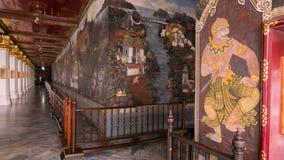 Thailändsk väggkonstarkitektur i den Emerald Buddha templet (Wat phrakaew) och kunglig storslagen slott Royaltyfria Foton