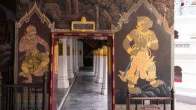 Thailändsk väggkonstarkitektur i den Emerald Buddha templet (Wat phrakaew) och kunglig storslagen slott Arkivbilder