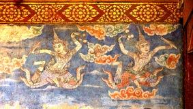 Thailändsk väggmålning av ängelflyget i himlen som ska välsignas Royaltyfria Foton