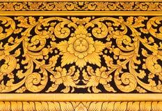 Thailändsk väggmålning i tempelThailand guld- målning på svart bakgrund royaltyfri fotografi