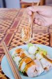 Thailändsk vårrulle med kryddig sås Royaltyfri Bild