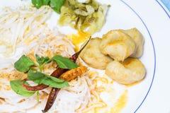 Thailändsk vermiceller som ätas med curry Arkivbild