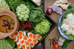 Thailändsk vermicelli som ätas med curry Arkivbild