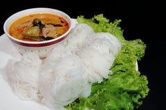 Thailändsk vermicelli som ätas med curry Arkivfoto