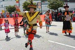 Thailändska aktörer i traditionell dräkt på Los Angeles det kinesiska nya året ståtar royaltyfri fotografi