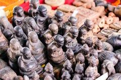 Thailändska amuletter som är till salu på gatan Arkivbilder