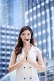 Thailändska asiatiska hälsningar för danande för affärskvinna med thai kultur utformar w Royaltyfri Fotografi