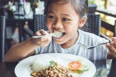 Thailändska barn som äter i restaurang Arkivbild