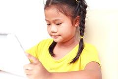 Thailändska barn som isoleras på vit bakgrund Fotografering för Bildbyråer