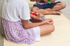 Thailändska barn som spelar med uppsättningen för leksakbrandbil som är allmän Royaltyfri Foto