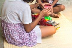 Thailändska barn som spelar med uppsättningen för leksakbrandbil som är allmän Royaltyfria Bilder