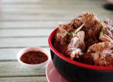 THAILÄNDSKA ben för ESAN-stilgriskött gör klar soppa tjänat som varmt i keramisk bunke Arkivfoton
