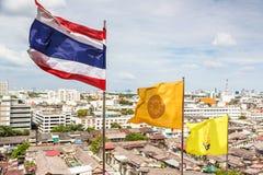 Thailändska, buddism- och royaltyflaggor i Bangkok Royaltyfria Bilder